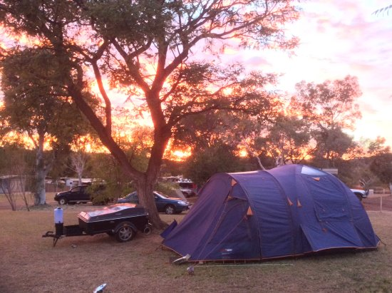 Tom Price Tourist Park : Sunrise in the camping area.