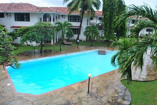 Bahari Dhow Beach Villas: Mid-pool of the 3