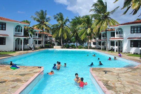 Bahari Dhow Beach Villas: Large pool of the three