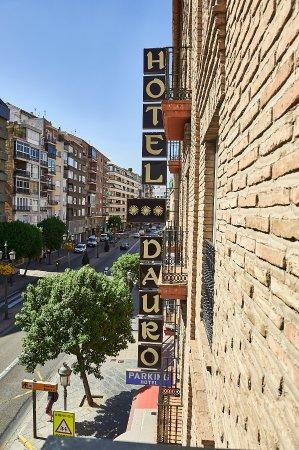 Hotel Dauro Granada: Foto tomada desde la ventana de la habitación a la calle