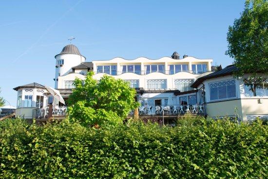 Mulheim an der Mosel, Jerman: Hotel mit Terrasse, von der Moselseite aus gesehen