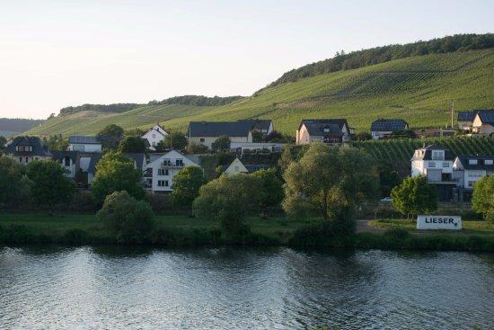 Mulheim an der Mosel, Jerman: Blick auf Lieser in der Abenddämmerung