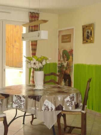 Coin salle à manger - Picture of Le Chat Perche, Escalles - TripAdvisor