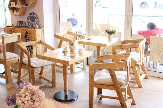 Table En Bois De Palette tables et chaises faites en bois de palettes recyclées - picture of