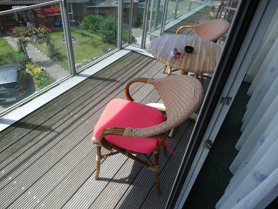 Bensersiel, Germany: Balkon ausreichend groß aber leider ohne Sichtschutz