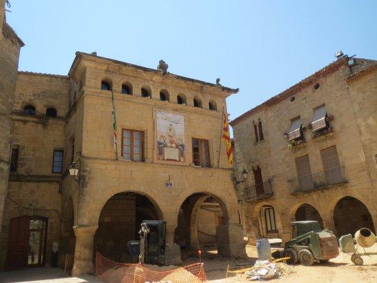 Horta de Sant Joan, Španělsko: juni 2017 , werken op het plein