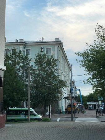 Amur Hotel: Красят фасад. Сразу - красиво👍🏻