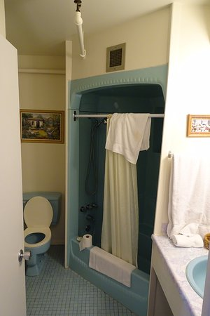 Lac-Megantic, Canada: Clean bathroom with tub and shower