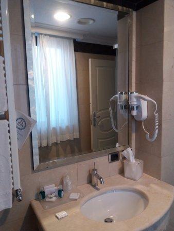 Hotel Regina Margherita - Cagliari: bathroom. Nice and clean