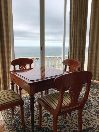 Azenhas do Mar, Portugal: Wohnzimmer mit Schachbrett-Tisch