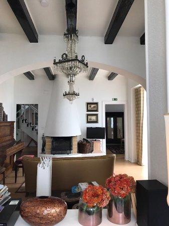 Azenhas do Mar, Portugal: Wohnzimmer vom Schachbretttisch aus gesehen (links sieht man das Piano)