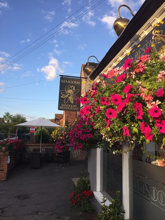 Goring-on Thames, UK: well maintained flowers at the entrance