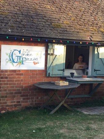 Goring-on Thames, UK: garden pizzas