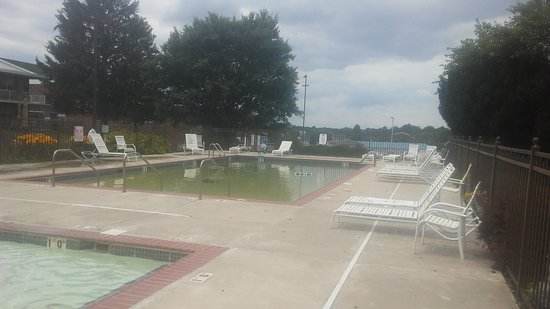 Continental Inn: Kiddie pool in front, outdoor pool in back