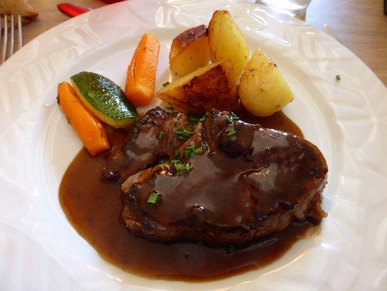 Saint-Savin, Frankrike: Filet de boeuf et son jus corsé; pommes de terre fondantes, carottes et courgette