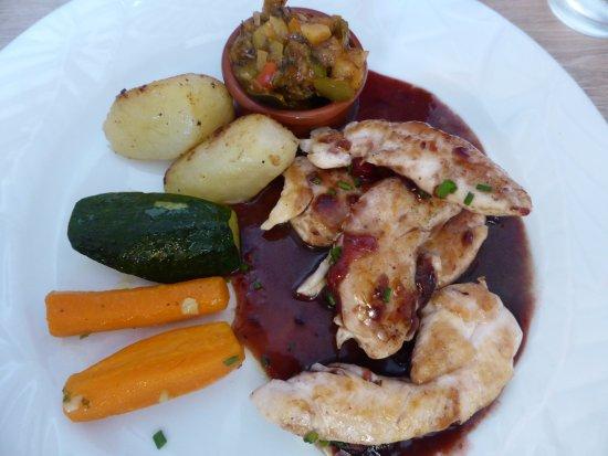 Saint-Savin, Frankrike: Aiguillettes de poulet, sauce aux airelles, petite ratatouille, pommes de terre fondantes, courg