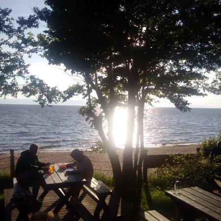 Laucu akmens: Aussenbereich neben Restaurant bei Sonnenuntergang