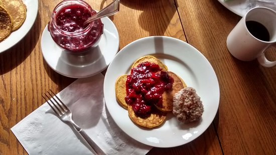 Galway, État de New York : Banana pancakes with red berry compote, sausage, and coffee