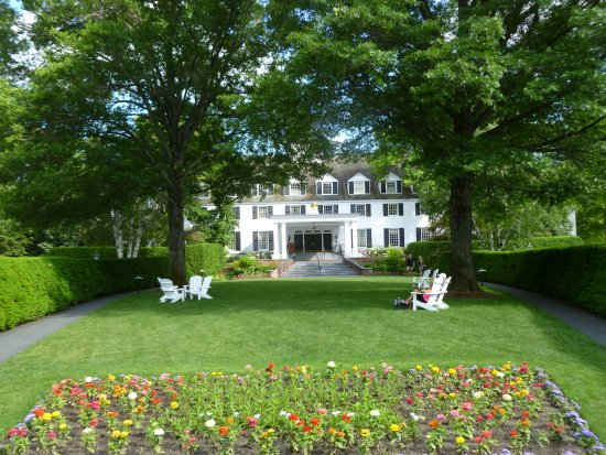 Woodstock Inn and Resort: Entrance garden