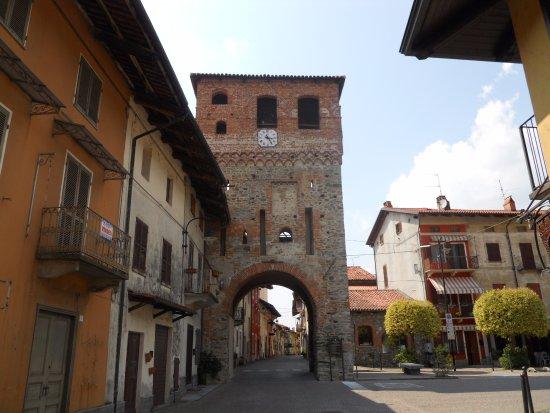 Piverone, อิตาลี: Arco storico vicino al Bistrot ....
