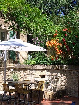 Reillanne, France: Fountaine sur la terrasse ombragée