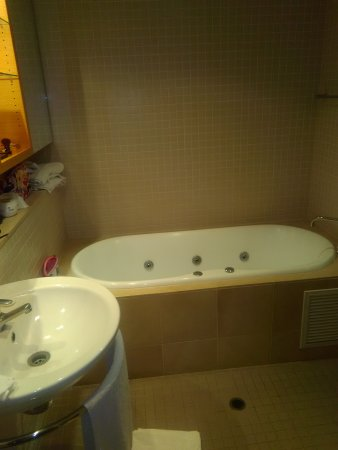 Glenelg, Australia: Spa bath in 1 bedroom