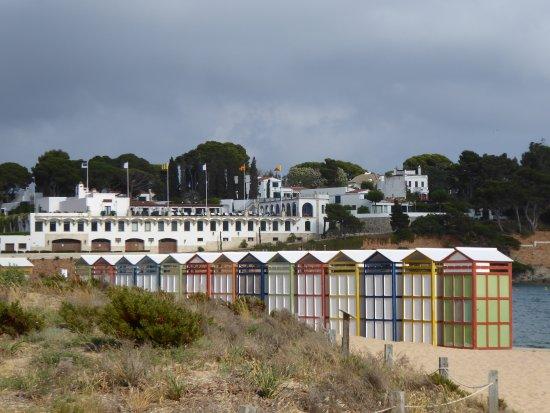Playa de San Pol: attractive coloured sheds.