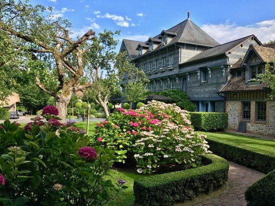 La Ferme Saint Simeon - Relais et Chateaux: Vue de la chambre sur jardin