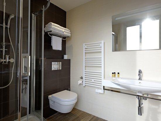 Salle de bain de la chambre 33 (triple) - Bild von Hotel ...