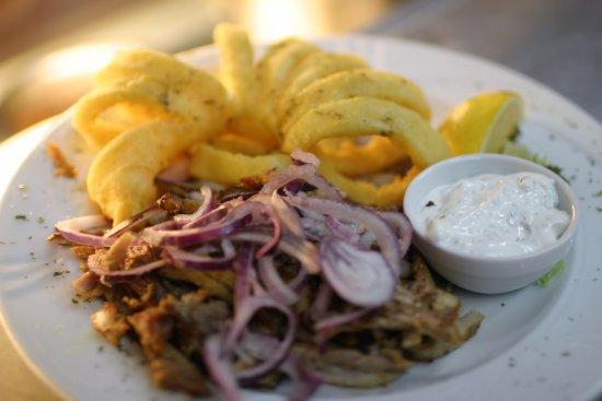 Julich, Alemania: Fleisch oder Fisch! Wieso auswählen, wenn du beides haben kannst; Gyros Calamari mit Beilagen.