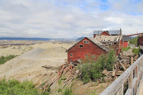 Национальный парк и заповедник Врангель-Сент-Элиас, Аляска: Teil der Mine unterhalb der Brücke..