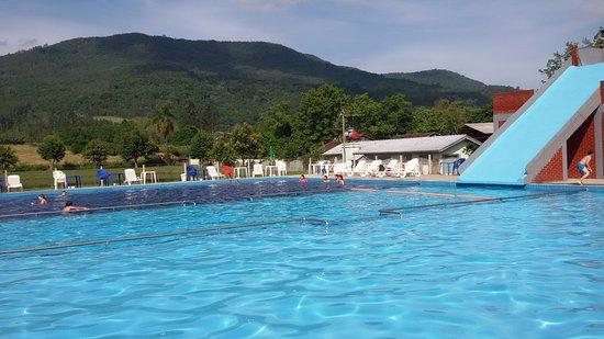 Arroio do Meio, RS: piscina de 600m², com 3 profundidades 0,50cm, 1,00m e 1,30m, com mesas e cadeiras com guarda-sol