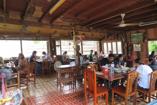 Sing Buri Province, Thailandia: ตอนเที่ยงและช่วงเย็น คนจะเยอะครับ ร้านหยุดทุกวันอาทิตย์นะครับ