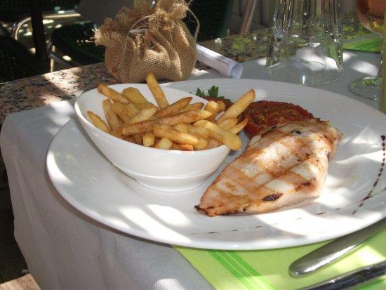 Tautavel, Γαλλία: menu enfant filet de poulet grillé + frites et tomate
