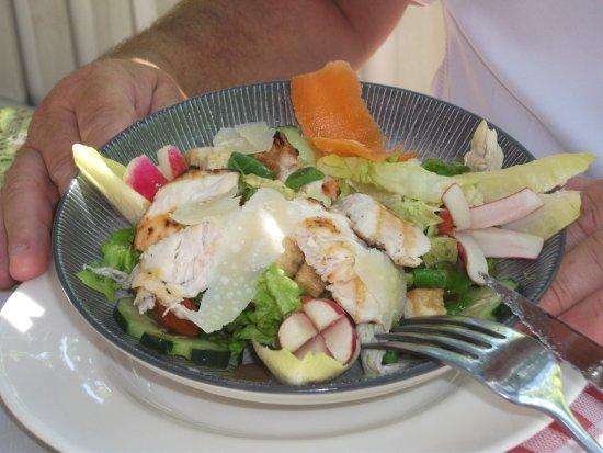 Tautavel, Γαλλία: salade terre et mer avec anchois, copeaux de parmesan, filet de poulet grillé, pignons, croutons