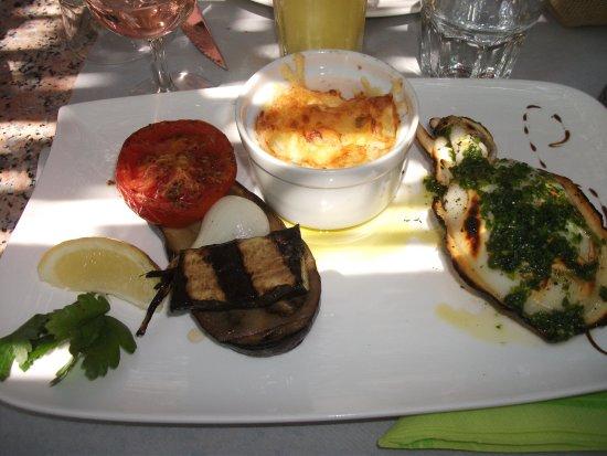 Tautavel, Γαλλία: seiche grillée, aubergine, courgette, oignons et tomate grillés et son gratin de pdt