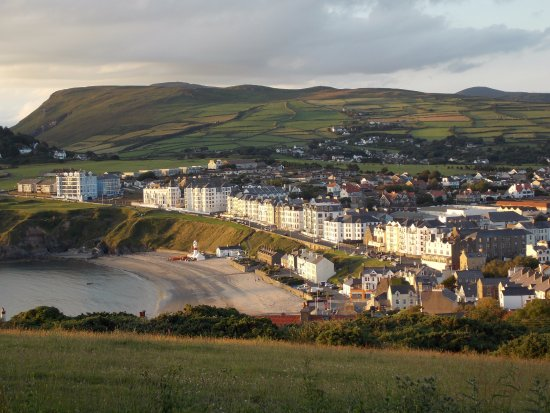 Port Erin, UK: The hotel is on the far right of the long row of buildings, 2nd level.
