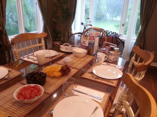 Erin, Canadá: Continental breakfast during the week.