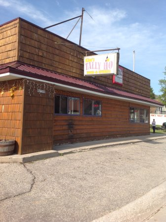 Curtis, MI: Kim's Tally Ho! Great burgers, pizza, and a friendly smile to share