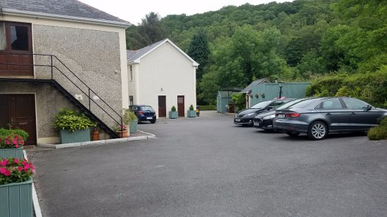 Ballymacarbry, Irlanda: Parking behind the hotel