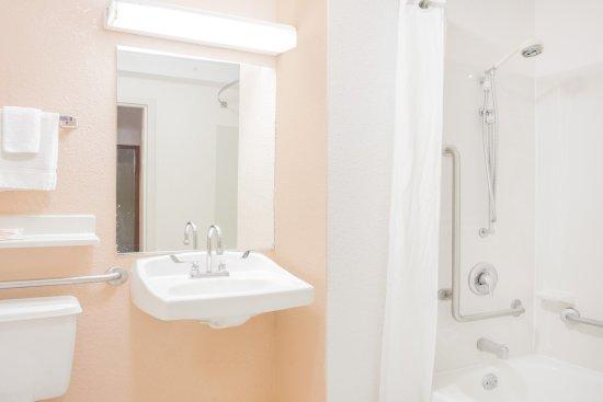 Super 8 Madison East : ADA Bathroom