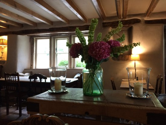 Alstonefield, UK: Lovely vase of flowers and candles on an island