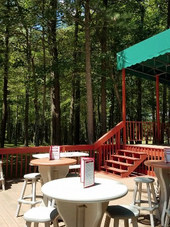 Fawn Creek Winery: Outdoor area