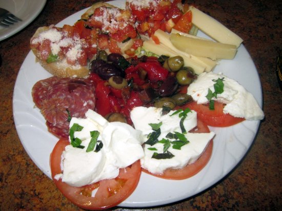 Morrisville, Πενσυλβάνια: Antipasto Italiano - bruschetta, roasted peppers, olives, sharp cheese & suprasatta