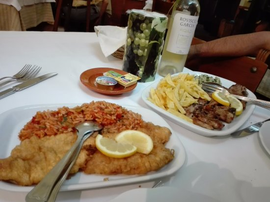 Avis, البرتغال: Porco preto e filetes de peixe