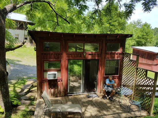 Grassy Creek, Carolina del Norte: entrance to our room, the Weigh Station. Loved sitting on our private porch