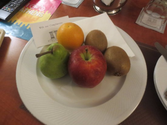 Ξενοδοχείο Acropolis Select: Welcome to Athens with a plate of fruit in the room when we arrived.