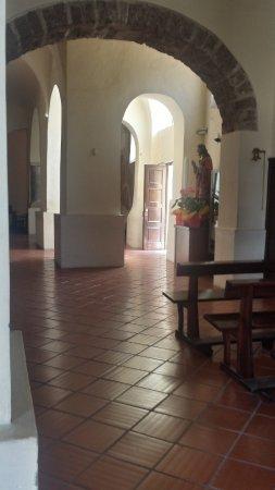 Mondragone, Italy: La navata di destra con l'ingresso secondario e una statua.