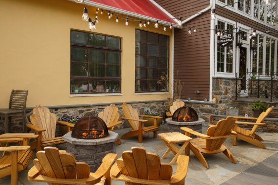 Chadds Ford, Pensilvanya: Enjoy a drink with friends after work by our new firepit area out front!