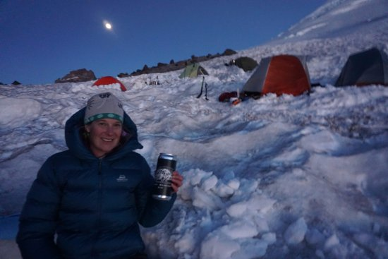 Buckley, Вашингтон: Enjoying a crowler under the full moon at Camp Schurman on Rainier